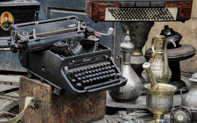 разный антиквариат: кувшины, печатная машинка
