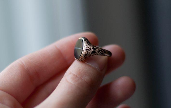 кольцо с черным драгоценным камнем