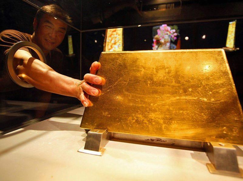 Самый большой в мире золотой слиток весит 250 килограмм и хранится в Японии.