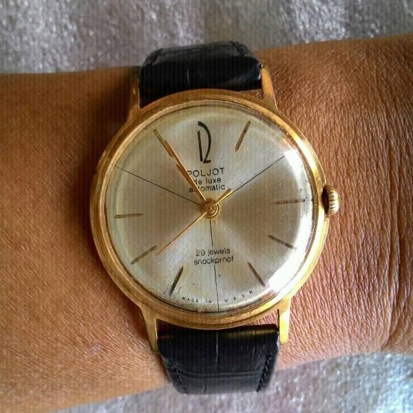 золотые часы на руке